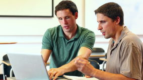 帮助计算机类的老师成熟学生在膝上型计算机 影视素材