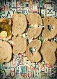 帮助饥饿,在某些人不食用生存足够的面包的这个世界 库存照片