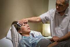帮助他病的妻子的有同情心的老人 库存图片