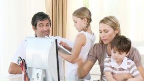 帮助他们的孩子的父母做家庭作业 股票录像