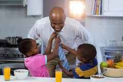 帮助他们的栓的孩子领带父亲 免版税库存图片