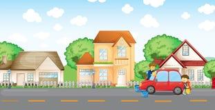 帮助他的父亲的男孩清洗汽车 免版税库存图片