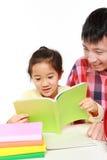 帮助他的daugther的父亲做家庭作业 库存图片