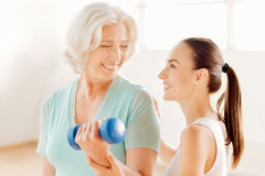 帮助年长妇女的精密健身教练 图库摄影