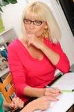 帮助年长母亲的成熟妇女 免版税库存图片