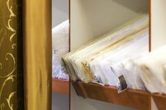 帷幕品种在纺织品商店 免版税库存图片