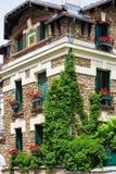 常春藤盖的议院用大竺葵填装箱子,蒙马特, Pari 库存图片