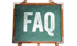 """常见问题解答、首字母缩略词""""Frequently被要求的Questions†的在一个绿色老脏的葡萄酒木黑板写的白色文本或黑板 库存照片"""