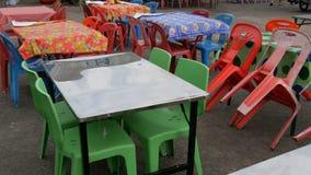 常规塑料桌和椅子在其中一个最便宜的咖啡馆中在亚洲 多彩多姿的聚乙烯桌布 影视素材