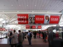 常规开放oracle人虽则走的世界 免版税库存图片