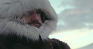 常设人画象传统驯鹿外套的在冷的冬天蒸汽和看起来去特写镜头 北极远征 股票视频