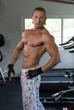 常设强在健身房 免版税图库摄影