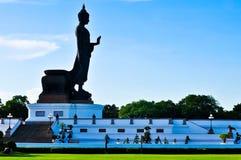 常设菩萨图象的边在美丽的蓝天的。 免版税图库摄影
