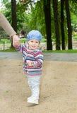 常设婴孩在公园 库存照片