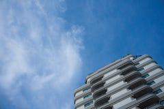 常驻大厦有蓝天背景 免版税库存图片