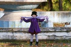 黑帽会议姿势的小美丽的女孩 免版税库存照片