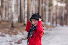 黑帽会议的女孩有耳朵的,步行在公园冷的春日 库存图片