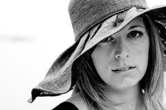 戴黑帽会议的妇女黑白画象 库存照片