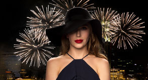 黑帽会议的美丽的妇女在夜烟花 免版税图库摄影
