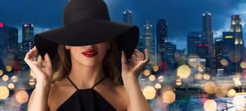 黑帽会议的美丽的妇女在新加坡市 免版税库存图片