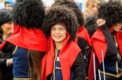 黑帽会议的年轻英王乔治一世至三世时期女孩微笑在人人群的在党期间在城市天 库存图片