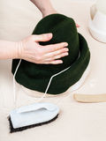帽商修理在钝汉的一个毛毡敞篷塑造的 库存图片