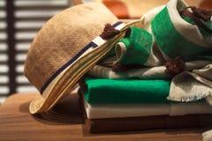 帽子、围巾和人衣裳 免版税库存图片