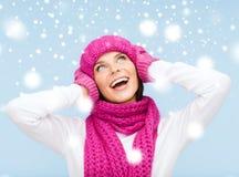 帽子、围巾和手套的惊奇的妇女 免版税库存图片