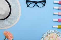 帽子、玻璃和钉子polishe的女性收藏平的位置  库存照片
