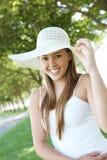 帽子公园俏丽的妇女 免版税库存图片