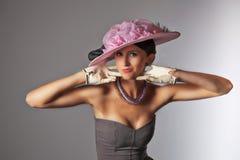 帽子减速火箭的stylich妇女年轻人 免版税图库摄影
