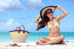 帽子和太阳镜的愉快的海滩假期妇女 免版税库存图片