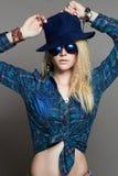 帽子和太阳镜的行家白肤金发的性感的女孩 库存图片