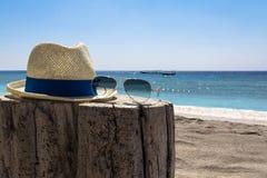 帽子和太阳镜 库存图片