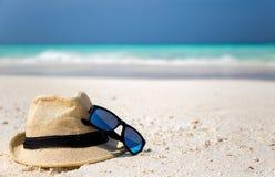 帽子和太阳镜 免版税库存图片