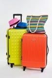 帽子和提包在手提箱 免版税库存照片