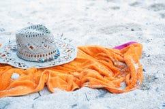 帽子和毛巾在海滩 免版税库存图片