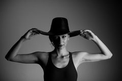 帽子和衬衣的美丽的妇女 库存照片