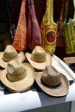 帽子和袋子在商店窗口里 免版税库存照片