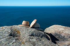 帽子和袋子静物画在岩石 库存图片