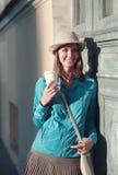 帽子和水兵的美丽的行家妇女有杯子的coffe 免版税库存图片