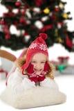 帽子和围巾的欢乐的小女孩 免版税图库摄影