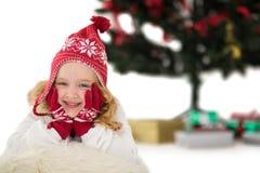 帽子和围巾的欢乐的小女孩 免版税库存照片