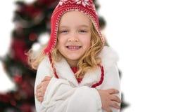 帽子和围巾的欢乐的小女孩 免版税库存图片