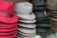 帽子在商店 免版税库存图片