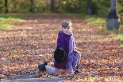 帽子姿势的小女孩与围巾 库存图片