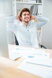 帽子开会的人和放松在办公室 免版税库存照片
