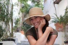 帽子微笑的秸杆妇女 免版税库存照片
