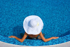 帽子池游泳的白人妇女 库存图片