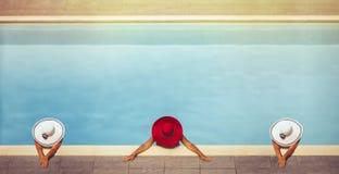 帽子的三位年轻女性在水池 免版税图库摄影